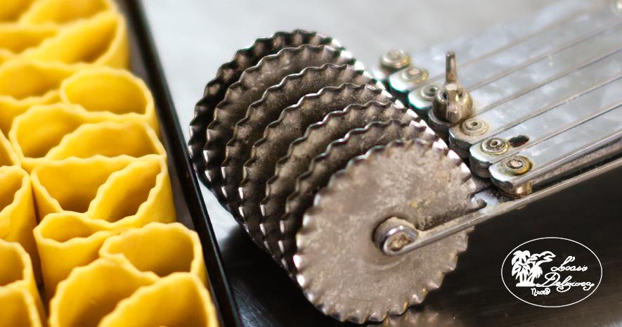 la bicicletta un attrezzo speciale per tagliare strisce di pasta